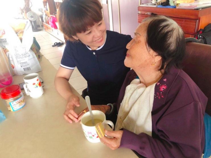 御歸來居家服務所照服員常陪人瑞奶奶吃早餐、喝咖啡。示意圖非本案/御歸來居家服務所...