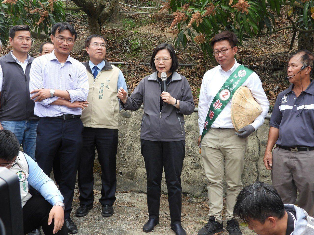 總統蔡英文為郭國文打氣,大力稱讚他的環保橡皮擦文宣。記者周宗禎/攝影