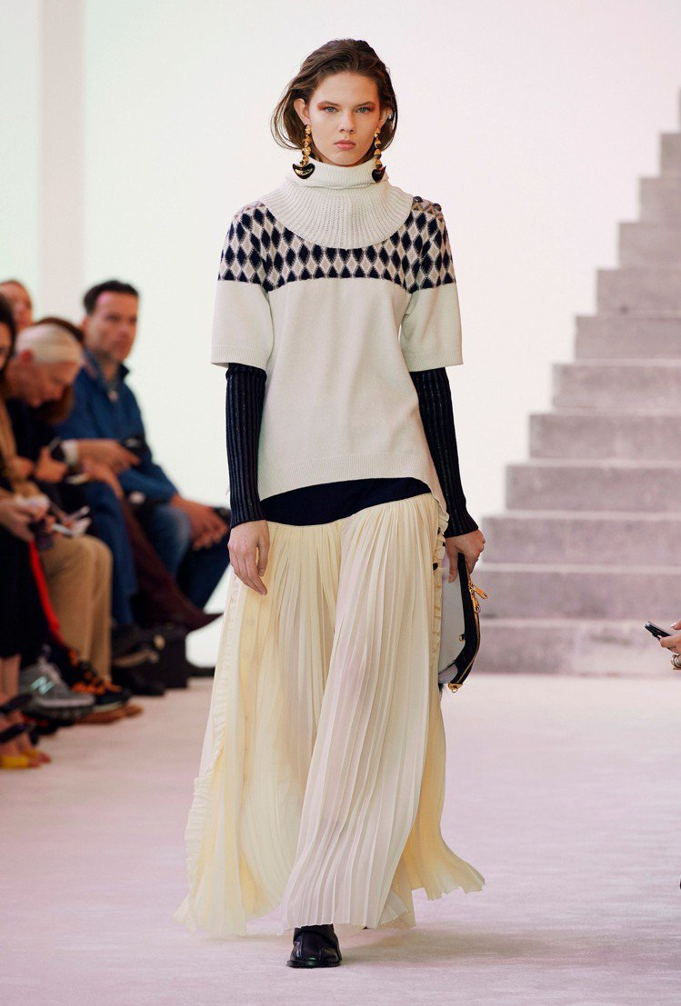 CHLOÉ菱格針織上衣、長裙,以隨性優雅的豐盈輪廓展現。圖/CHLOÉ提供