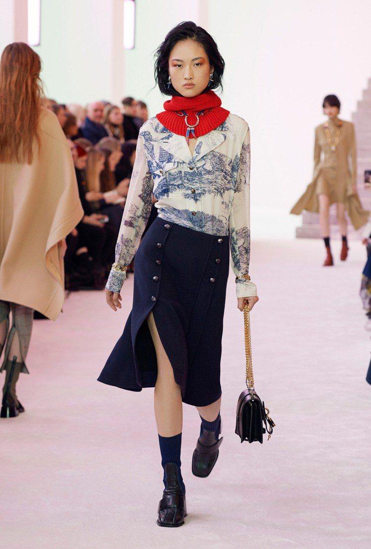 絲質襯衫與針織領的對比展現CHLOÉ冒險精神。圖/CHLOÉ提供