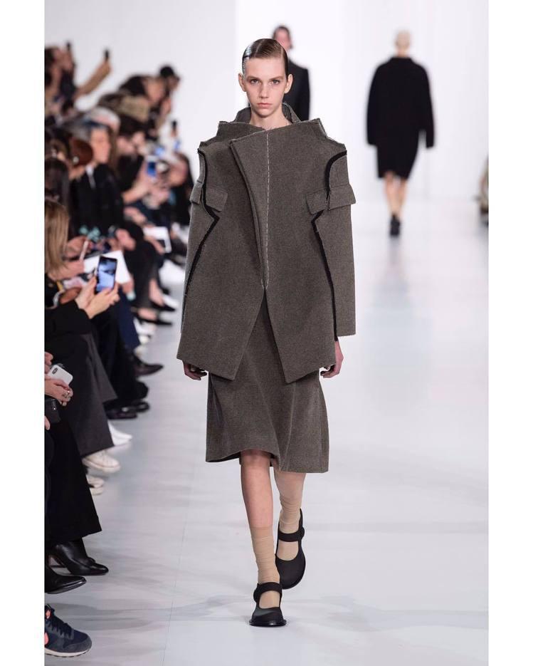 Maison Margiela灰色斜紋大衣有夾克的俐落,剪裁相當別緻。圖/取自I...