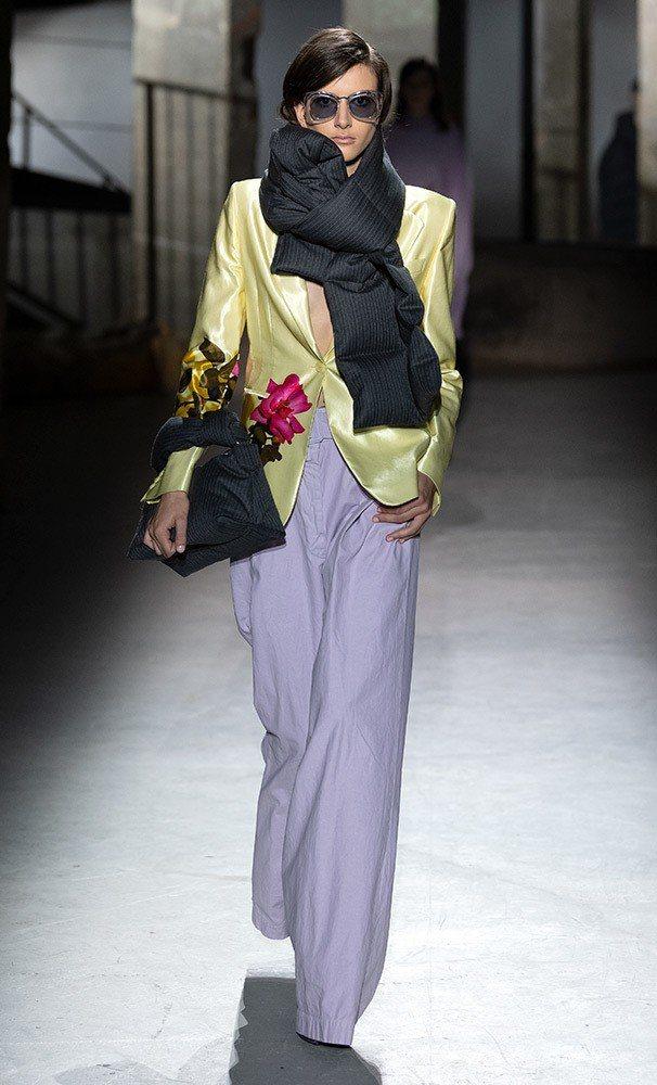 Dries Van Noten以正裝輪廓、羽絨和緞面等元素搭出幹練女性的神采。圖...