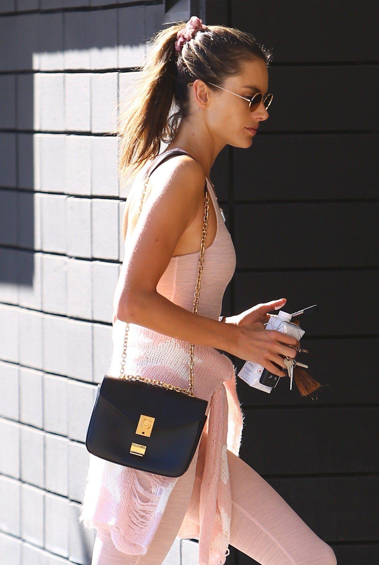 巴西超模Alessandra Ambrosio的優閒穿搭總不失奢華。圖/CELI...