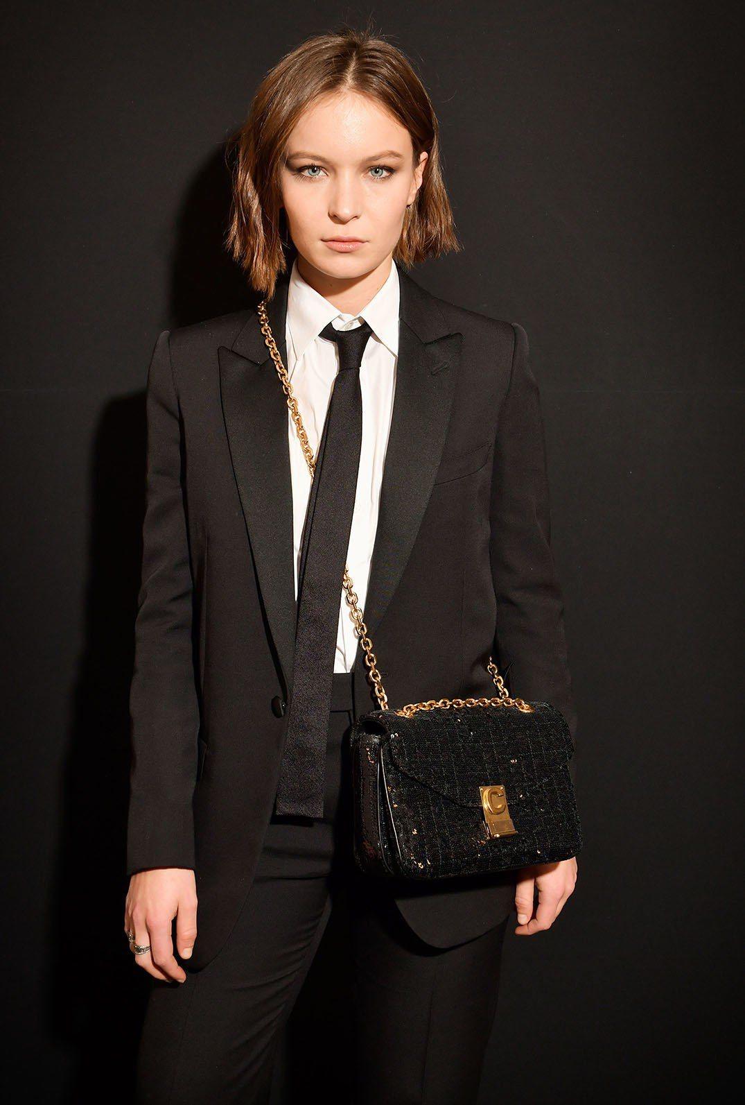 法國演員黛安露賽爾以男孩風的穿搭演繹C Bag超亮眼。圖/CELINE BY H...
