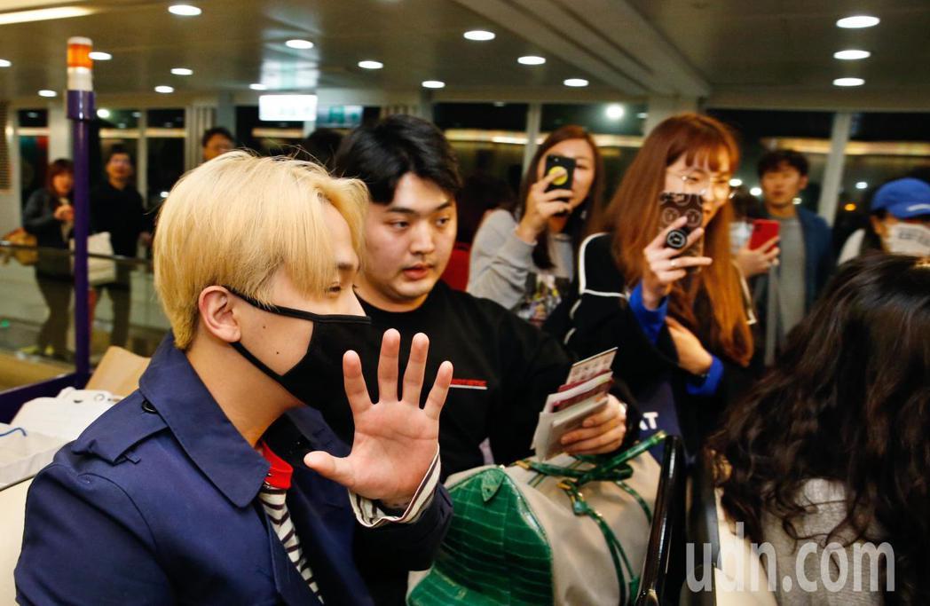 韓星李洪基(左)傍晚抵台,雖然帶著口罩,他還是向粉絲們揮手致意。記者鄭超文/攝影