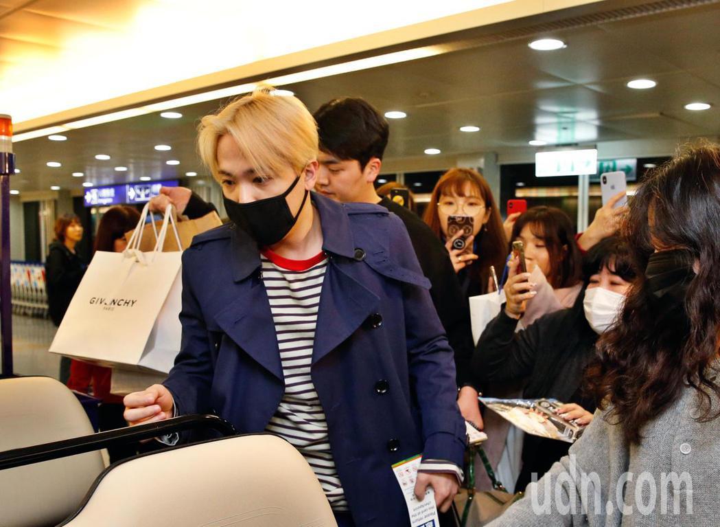 韓星李洪基(左)傍晚抵台,雖然班機稍微延遲,但仍有十幾位粉絲在登機口迎接他。記者...