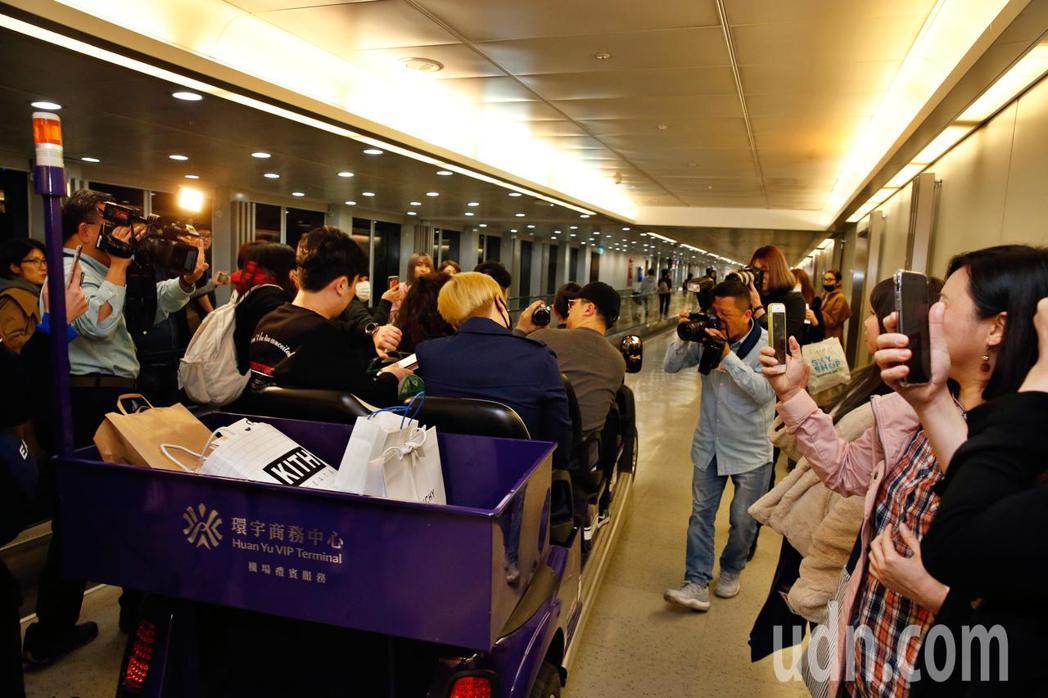 韓星李洪基傍晚抵台,有十幾位粉絲在登機口迎接他。記者鄭超文/攝影