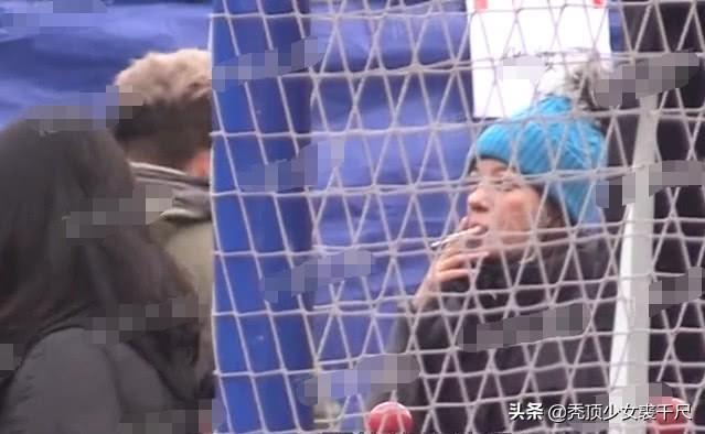 趙薇被拍街頭哈菸,女神形象崩壞。圖/摘自微博