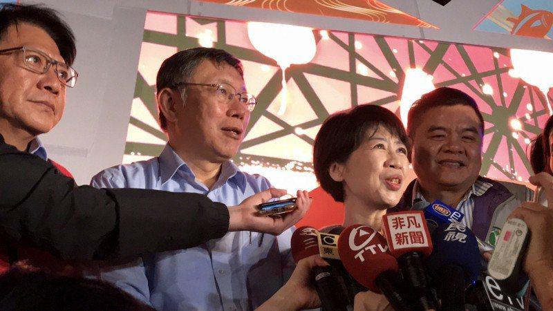 台北市長柯文哲,與綠行縣長潘孟安和立委莊瑞雄同台,被問到是否促進白綠交流?感情是否更好?而柯文哲回答「感情本來就很好」。記者江國豪/攝影