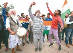 印度被俘飛行員獲釋 「步」過邊界