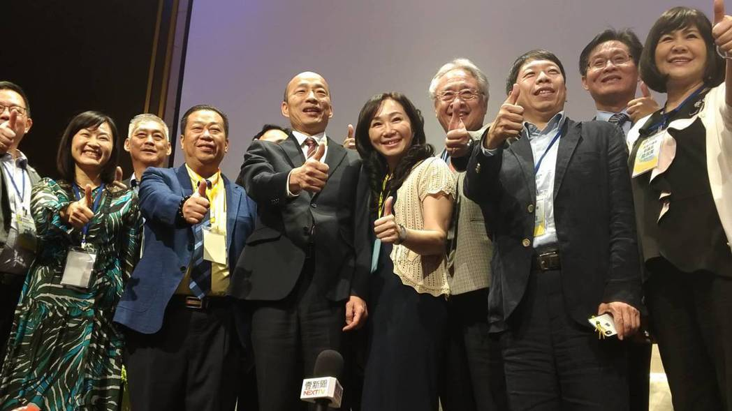 高雄市長韓國瑜(右六)率團出訪有實績,將帶給其他縣市長出訪壓力。 圖/聯合報系資...