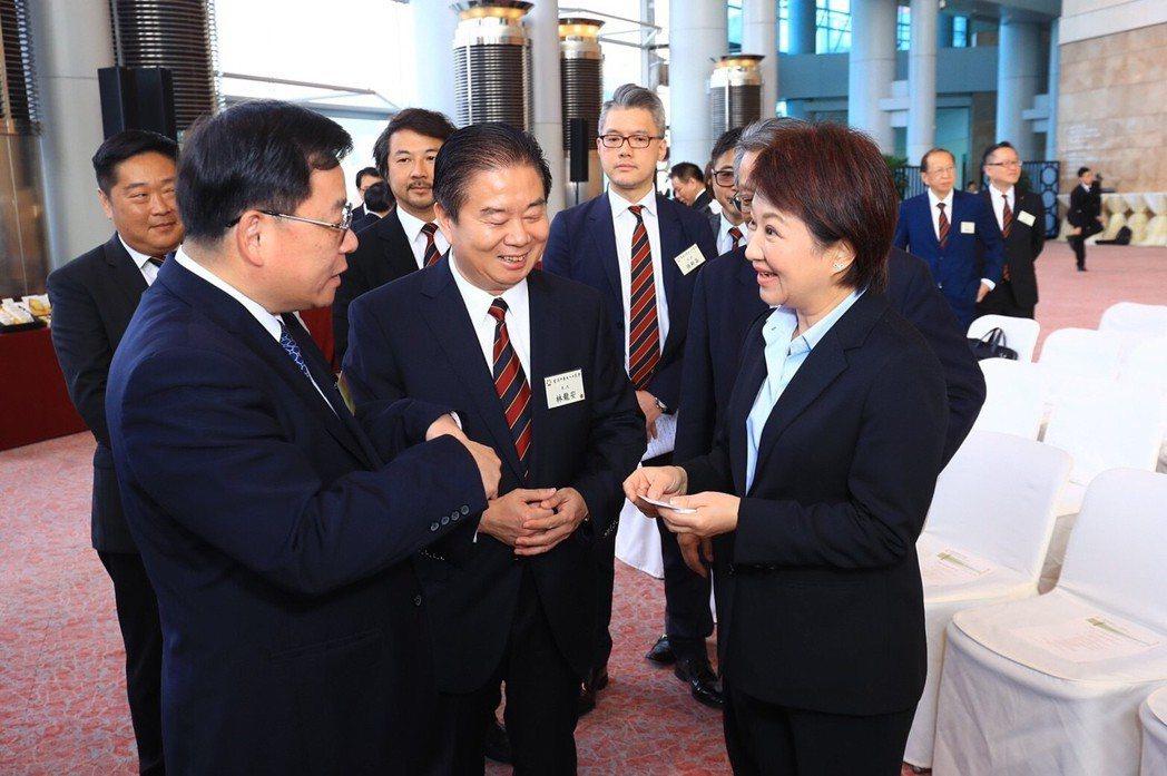 台中市長盧秀燕(前右)拚經濟衝6都第1,1月底到香港就拿回成績。 圖/台中市新聞...