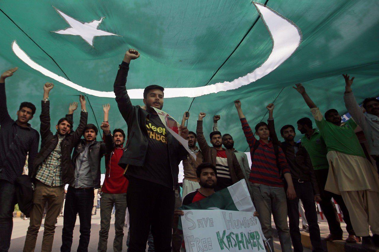 巴基斯坦上月27日擊落兩架印度戰機後,巴國學生在第二大城拉合爾高舉國旗呼喊口號慶...