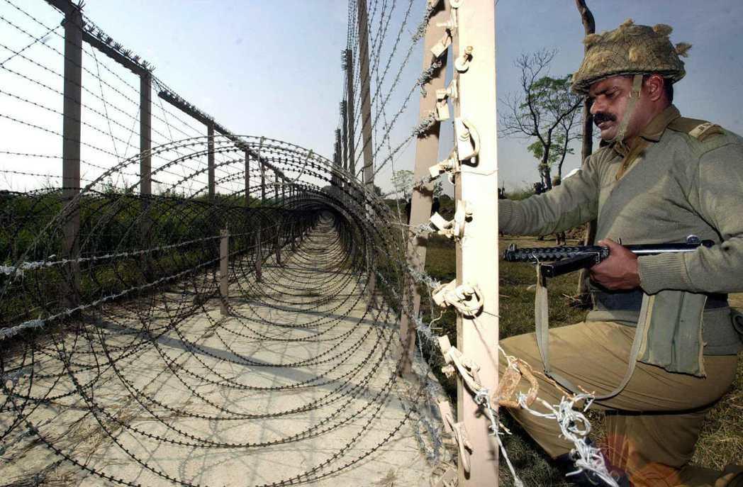 印度邊境安全部隊人員在喀什米爾印巴邊界檢查鐵絲網。(法新社資料照)