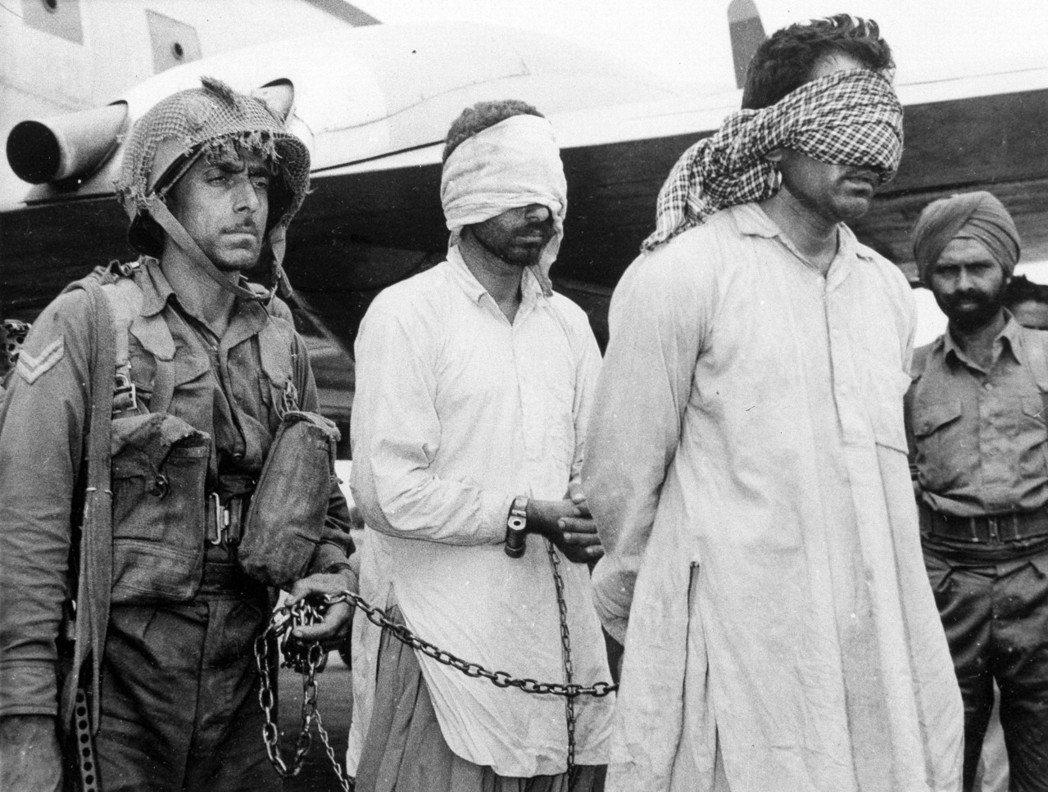 1965年,印度與巴基斯坦第二度開戰,圖為印度在喀什米爾活捉兩名巴基斯坦軍官(中...