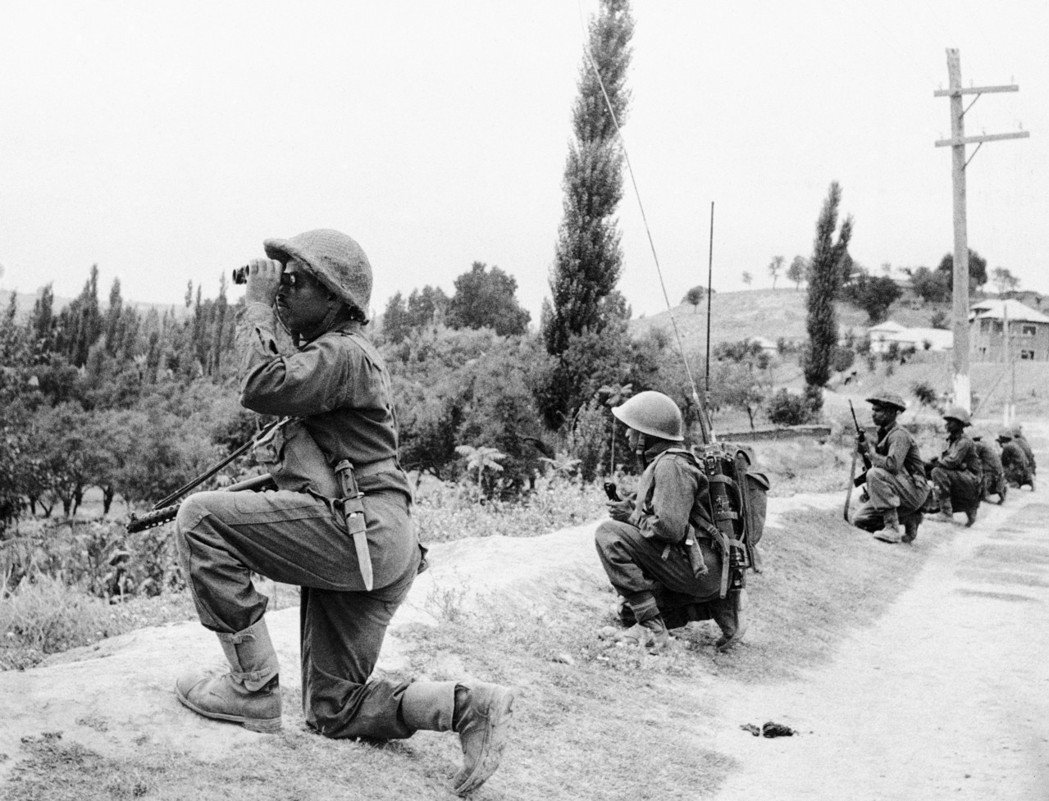1965年,印度與巴基斯坦第二度開戰,圖為印度部隊在喀什米爾推進。(美聯社)