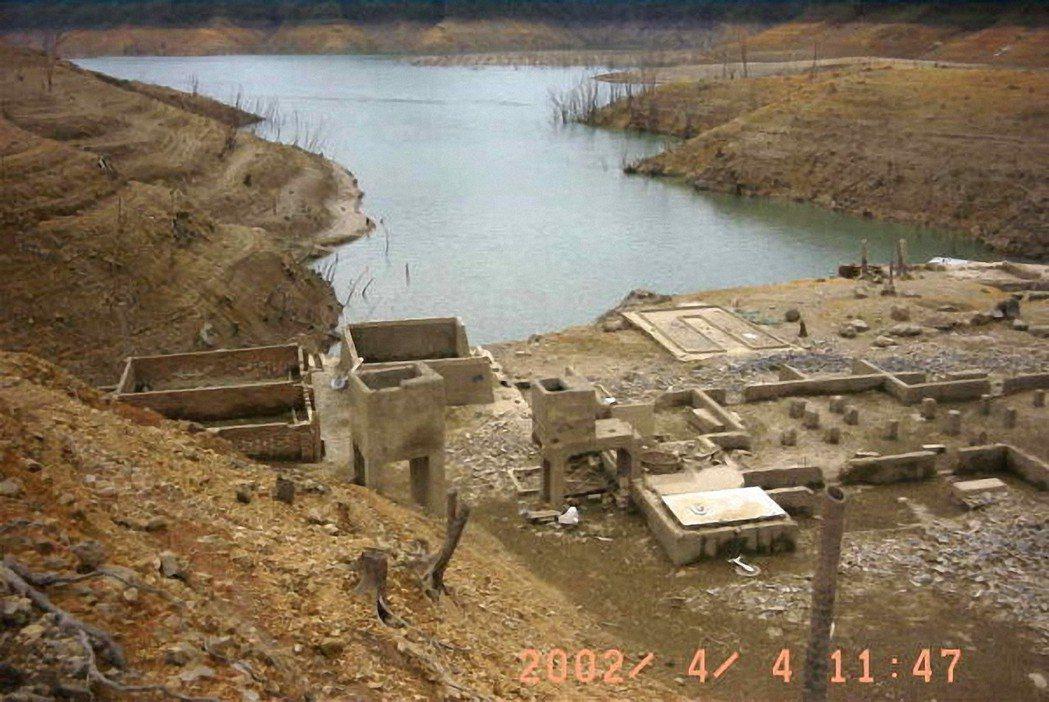翡翠水庫底的碧山國小2002年乾旱曾「浮出」水面。 圖/翡翠水庫管理局提供