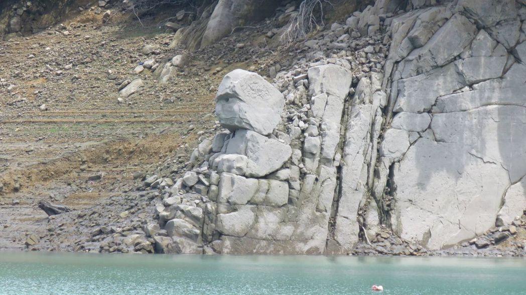 石門水庫水位降到海拔229公尺時,象徵水情吃緊的酋長石就會露出臉,成為枯水期搭遊...