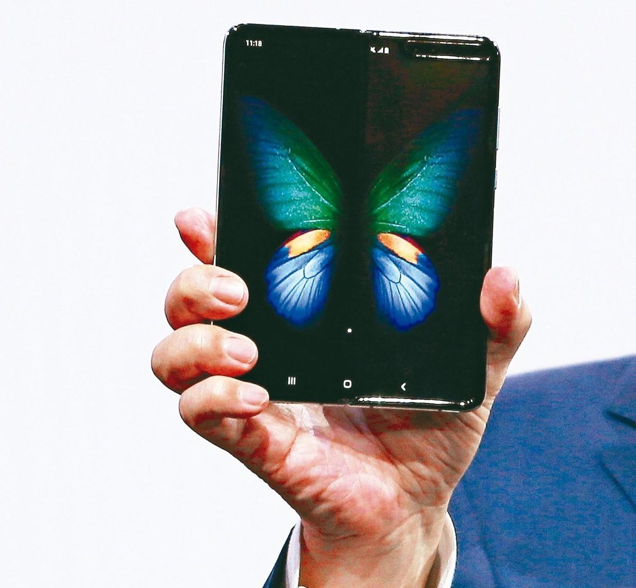三星發表Galaxy Fold的摺疊手機,收摺時是一台4.6吋的手機,展開後是完...
