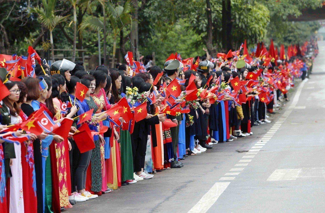 越南民眾在路旁等待北韓領導人金正恩通過。 歐新社