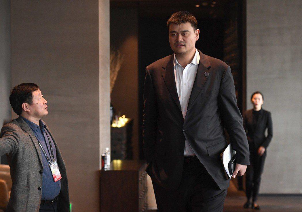 身兼大陸全國政協委員的體育明星姚明,高人一等的他出席任何場合一眼就被人認出。 (...