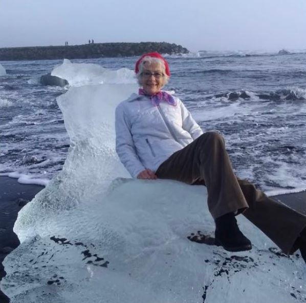 77歲的阿嬤坐上小冰山後,突然一陣海浪襲來,讓阿嬤隨著海流不斷漂離海岸線。圖片來源/<a href=