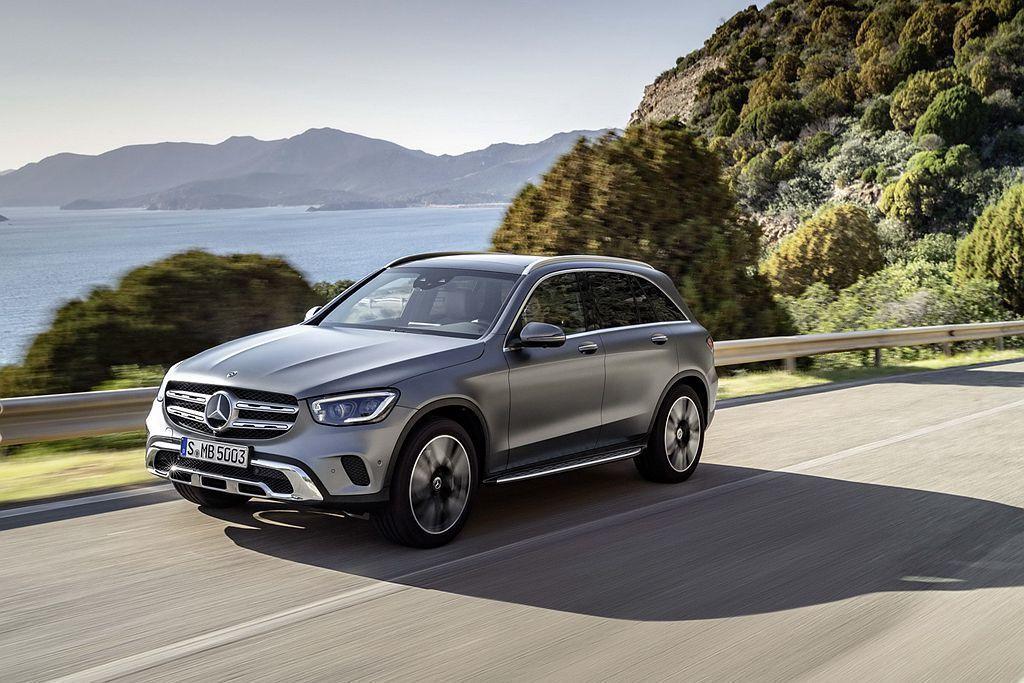小改款賓士GLC都會休旅車,針對頭燈、尾燈、水箱護罩等處改進,內裝則導入MBUX多媒體系統。 圖/Mercedes-Benz提供