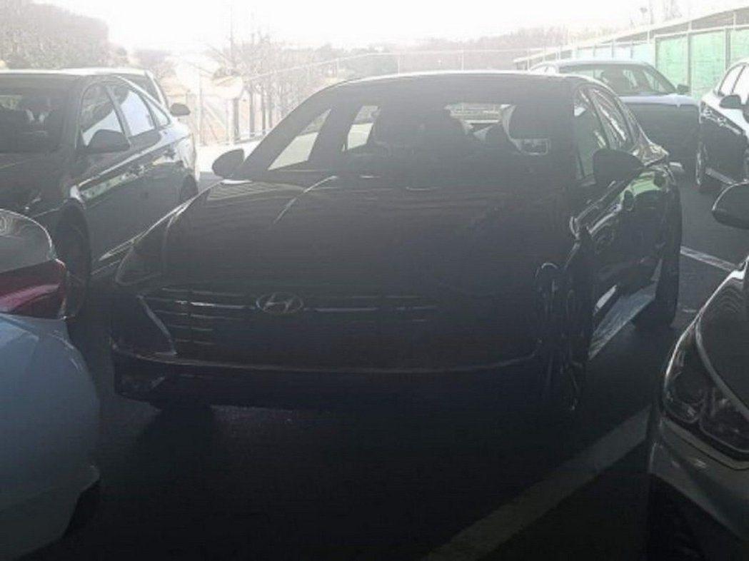 雖然照片畫質不好也很黑,但仍可看出大改款Hyundai Sonata採用了Le ...