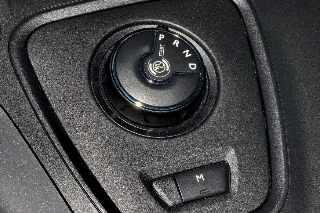 Berlingo自排車型統一搭配備EAT8 8速手自排變速系統,另外也同步提供入門的Live MT6手排車型,配置6速手排變速系統。 記者陳威任/攝影