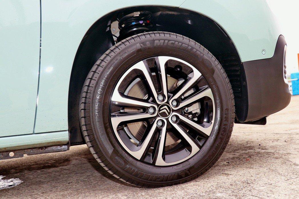 本次試駕的Feel車型採16吋胎圈搭配鋁合金雙色輪框。 記者陳威任/攝影