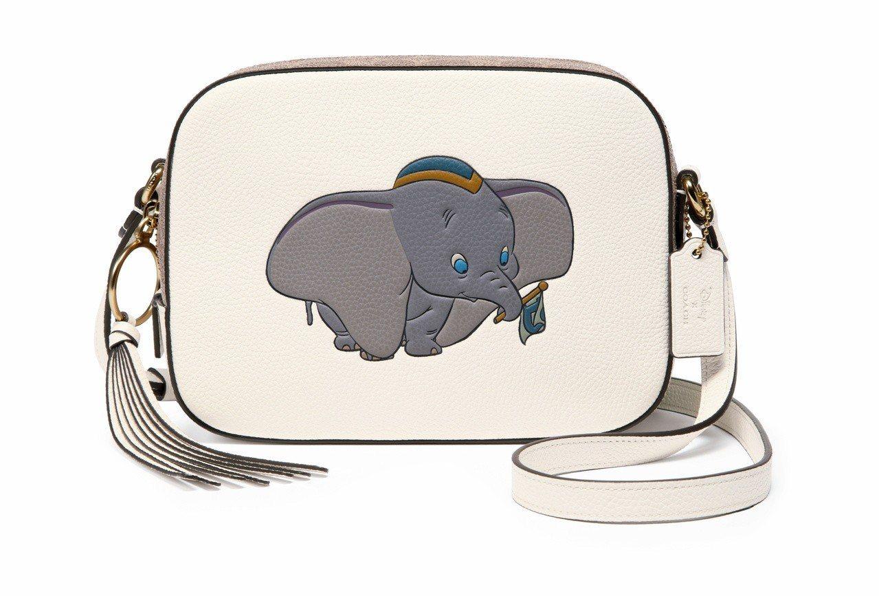 Disney x COACH Dumbo相機包,售價13,800元。圖/COAC...