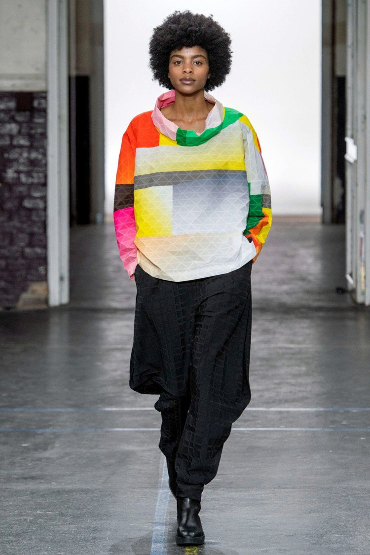 ISSEY MIYAKE秋冬推出嶄新布料「BLINK」,凹凸的感受描繪出一種像似...