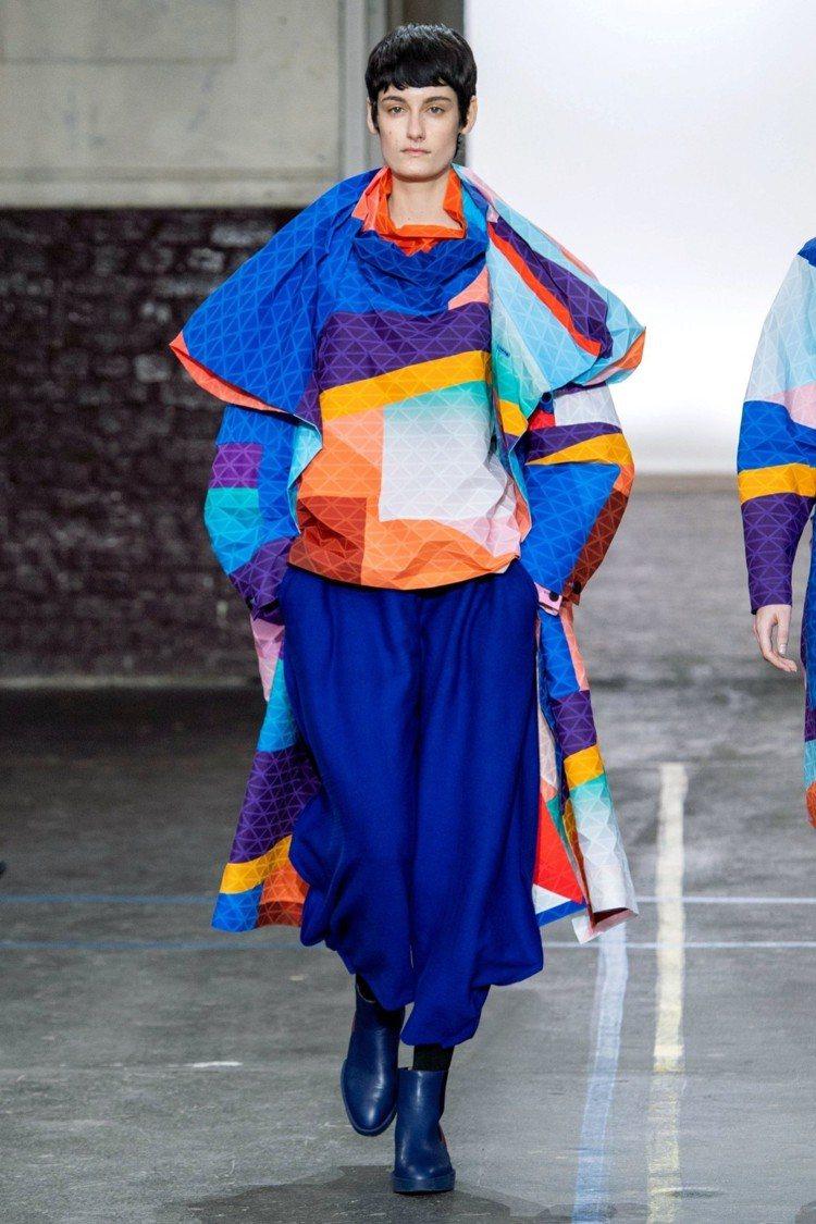 ISSEY MIYAKE秋冬推出嶄新布料「BLINK」,彷彿將賣到翻過去的經典積...