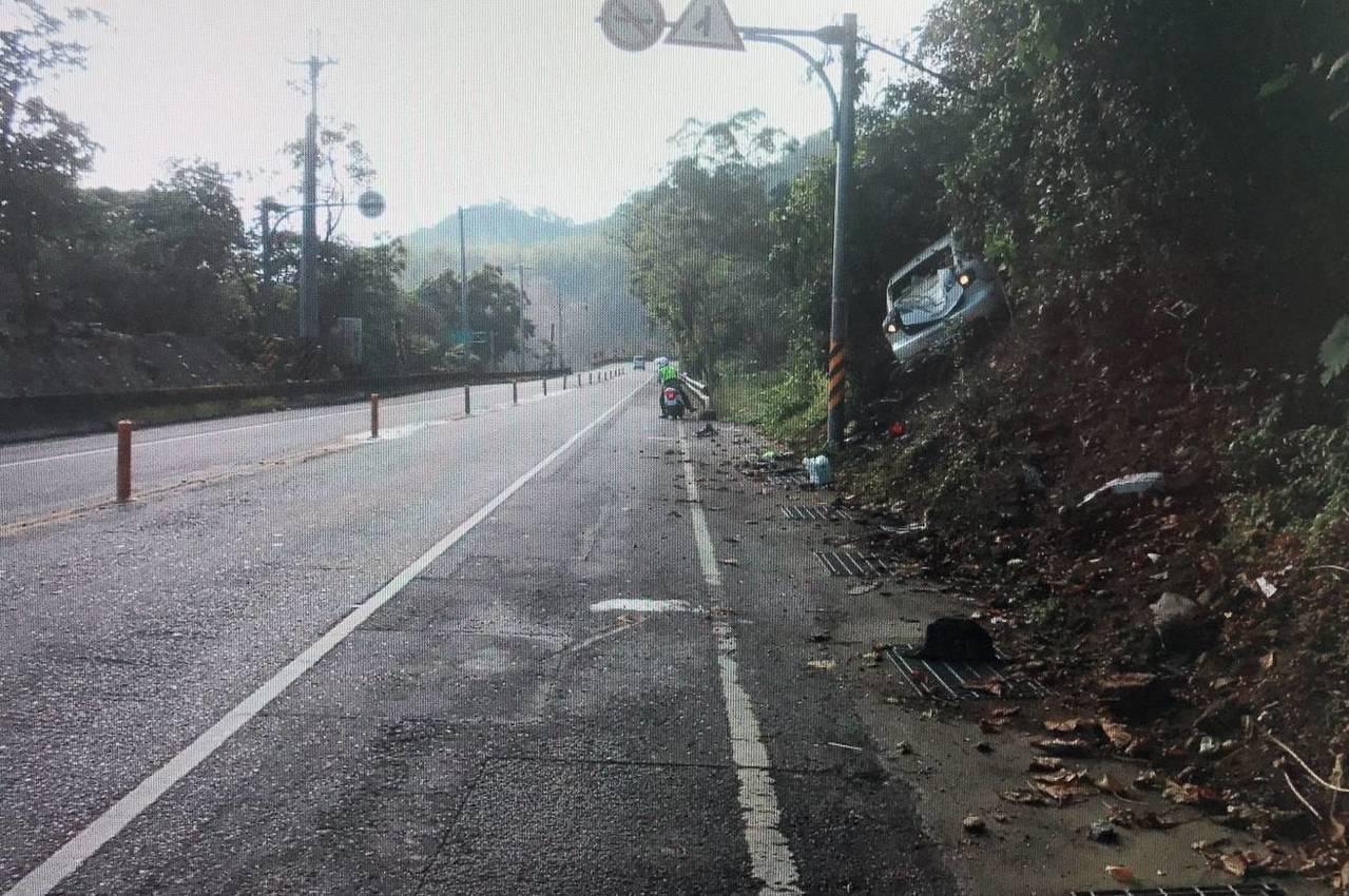 台9線南下往市區方向行駛經358公里轉彎處,一輛自小客車因不明原因失控衝撞上巔坡...
