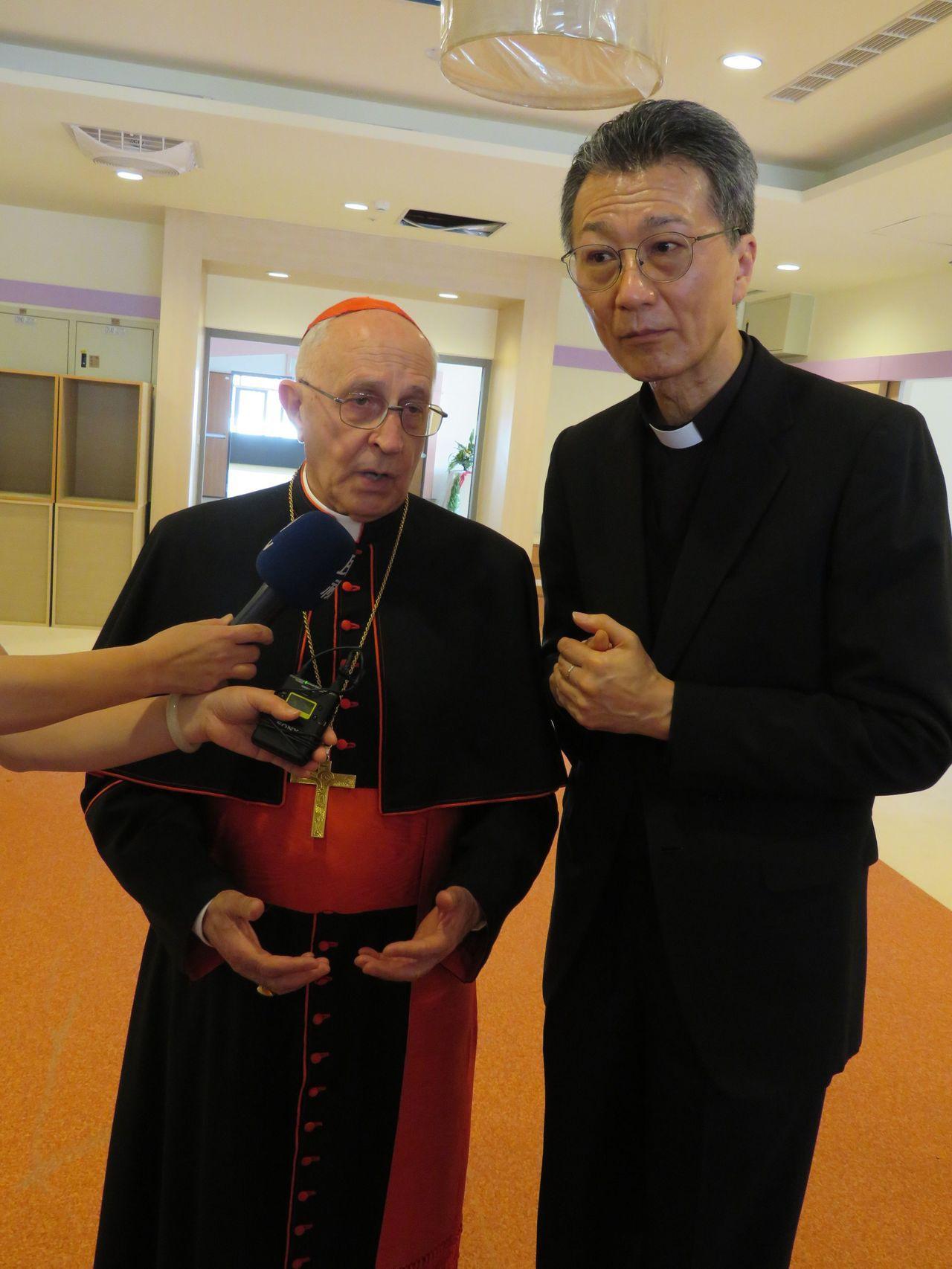 天主教教宗方濟各派特使、萬民福音傳播部長費洛尼樞機主教(左)抵台訪問,由台灣主教...