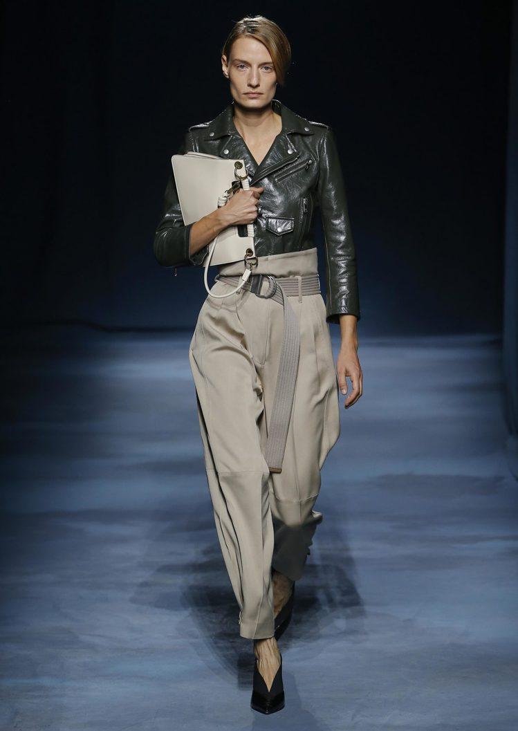 墨綠色機車皮夾克,售價12萬9,500元。圖/GIVENCHY提供