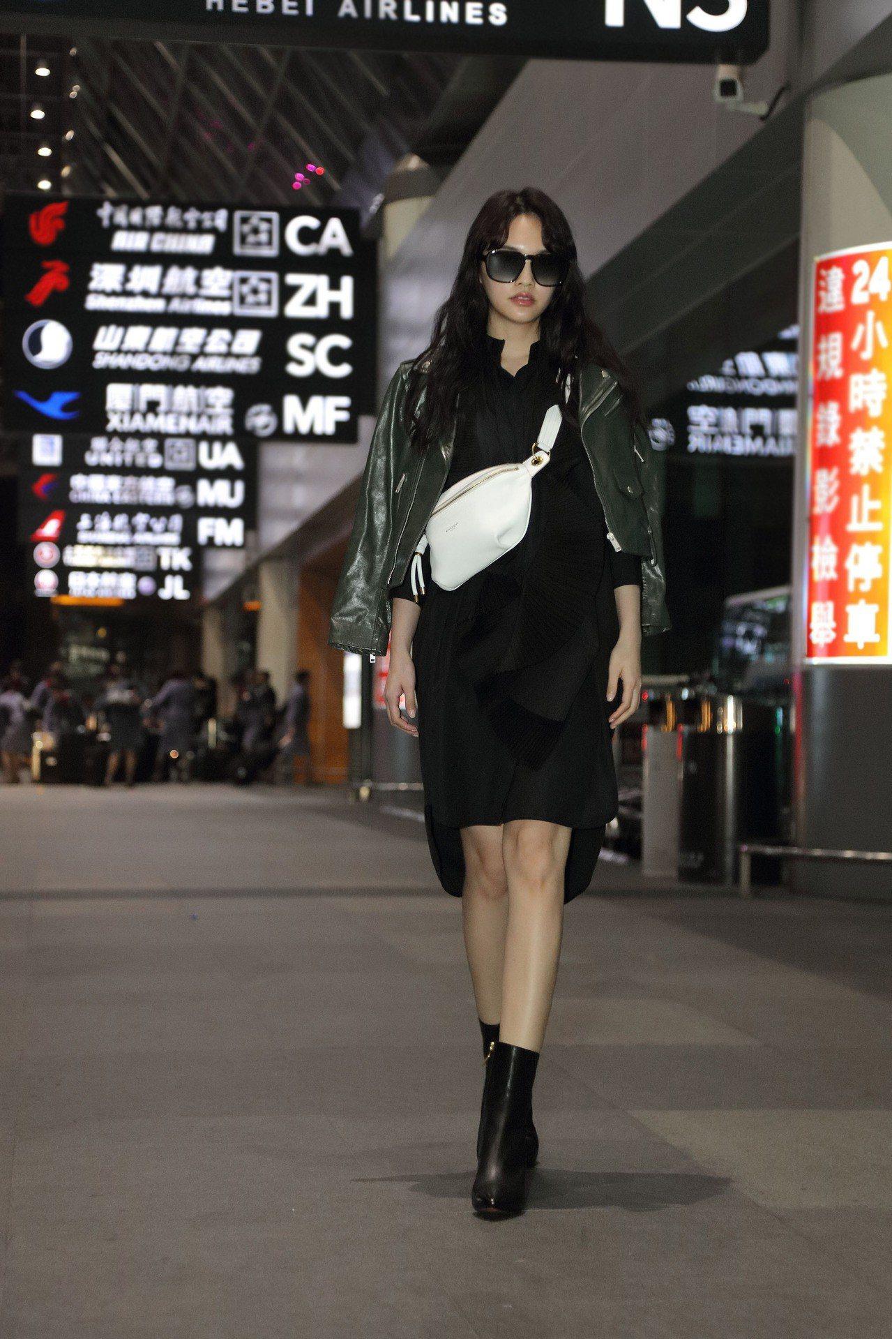 楊丞琳穿襯衫洋裝秀出一雙長腿。圖/GIVENCHY提供