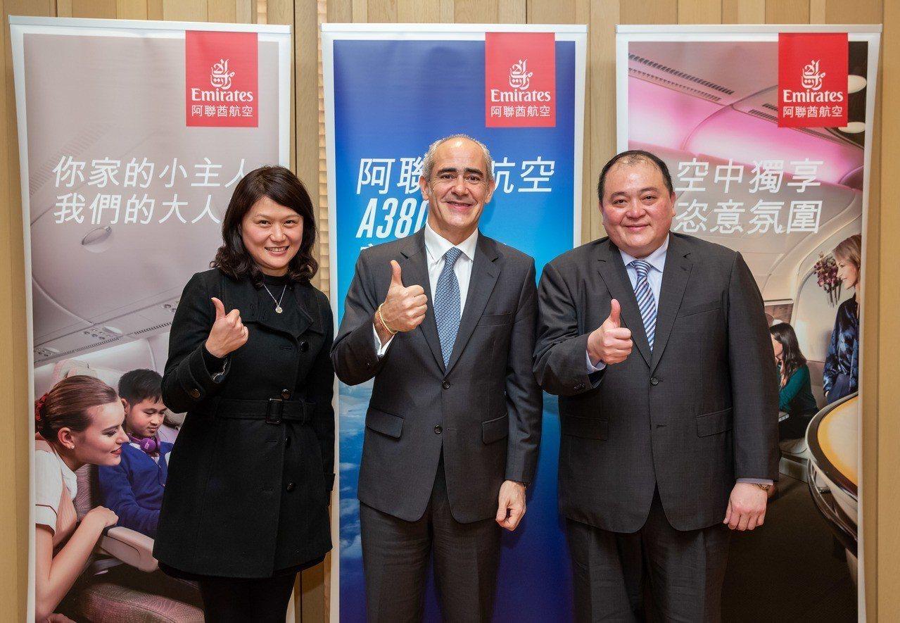 阿聯酋航空台灣業務經理黃慧敏(左起)、阿聯酋航空香港、廣州及台灣副總裁高豐年、阿...