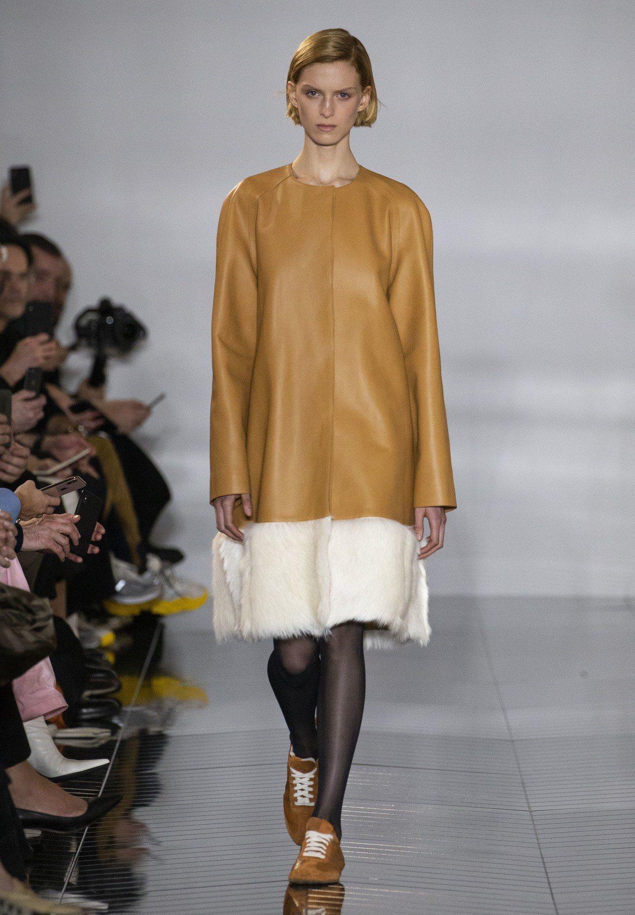 材質的混搭對比手法純熟,讓Loewe本季服飾實搭且舒適。圖/LOEWE提供