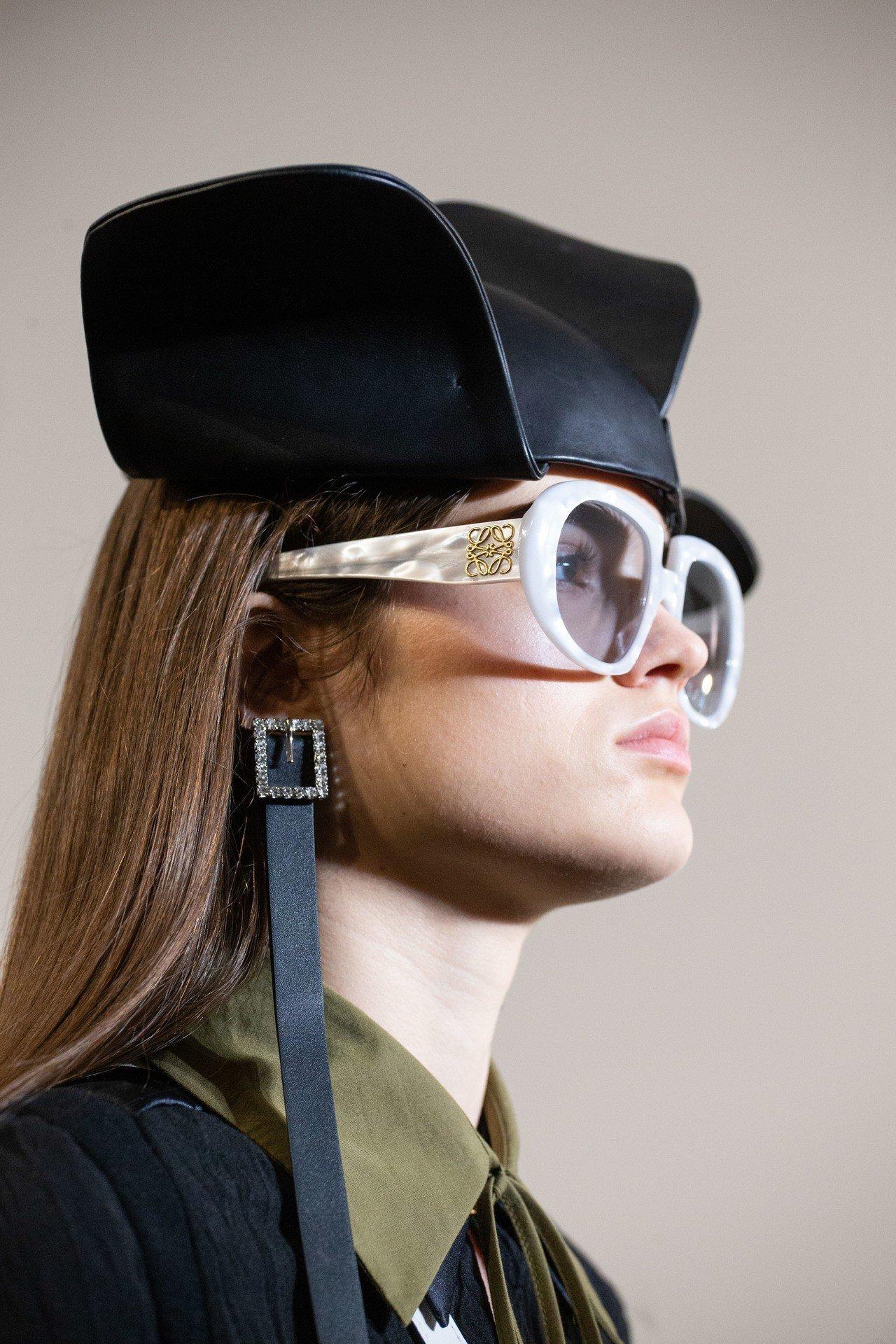 飛翼狀絲緞無邊帽的靈感來自上世紀五十年代帽商Coret。圖/LOEWE提供