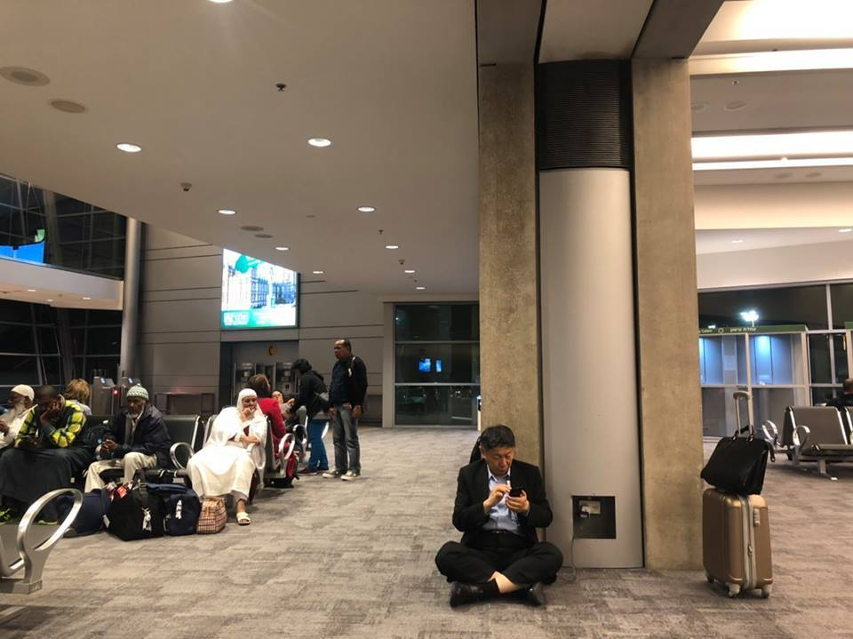 台北市長柯文哲日前在臉書上po了一張他在國外機場席地而座充電的照片,引來熱烈討論...