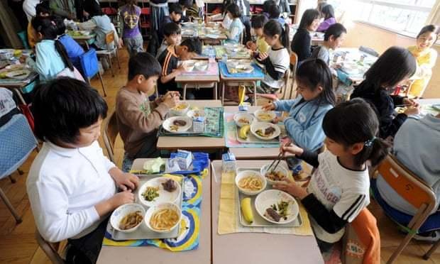 日本學童的營養午餐結合新鮮食材,並富含鐵、鈣和纖維。歐新社