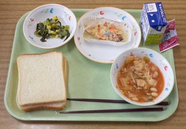 日本靜岡縣袋井市甲南小學的營養午餐份量不多,不過這也是日本人長壽眾的秘訣。翻攝自...