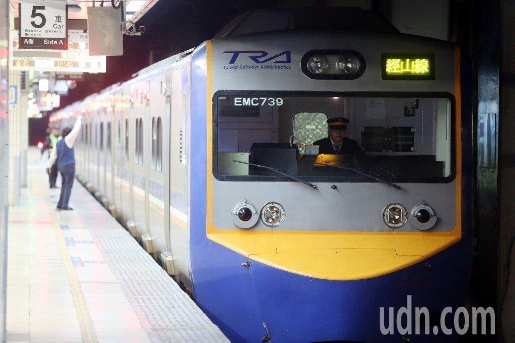 台鐵局228當天深夜臨時加開班車送旅客,該列車為示意照。聯合報系資料照/記者邱德...