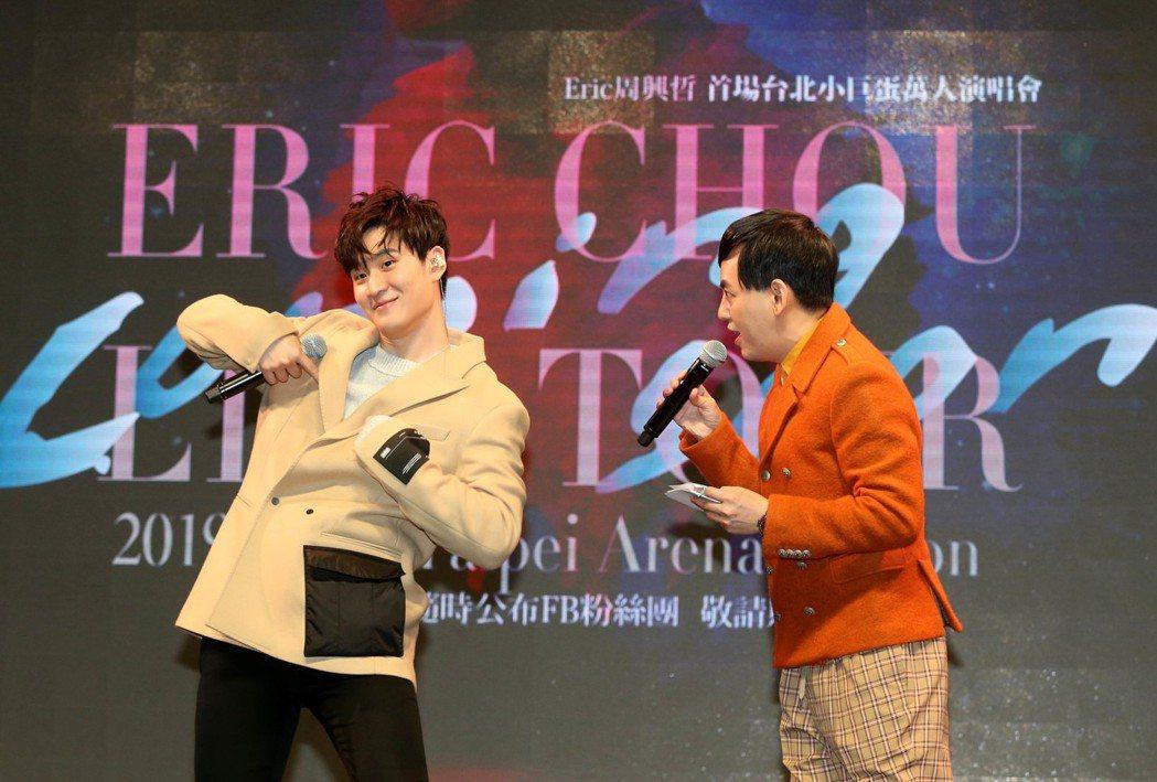 周興哲2日在粉絲見面會上和歌迷逗趣互動。記者林俊良/攝影