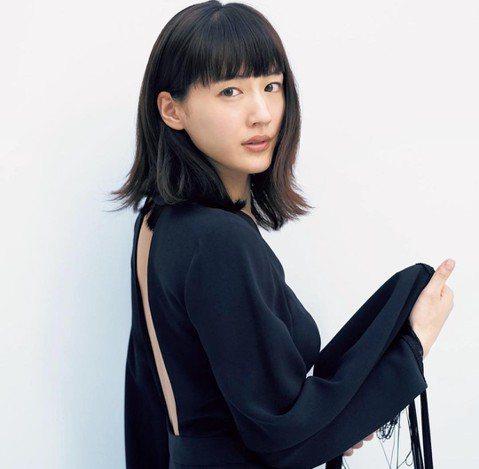 日本女星綾瀨遙4日準備為日本品牌手錶活動站台,她日前提前抵達台灣,為雜誌「FRaU」拍攝旅遊美食特輯。今天「蘋果日報」發現她在永康街工作,一身白色洋裝襯托出女神氣質。因為商圈內日本遊客眾多,不少路過...