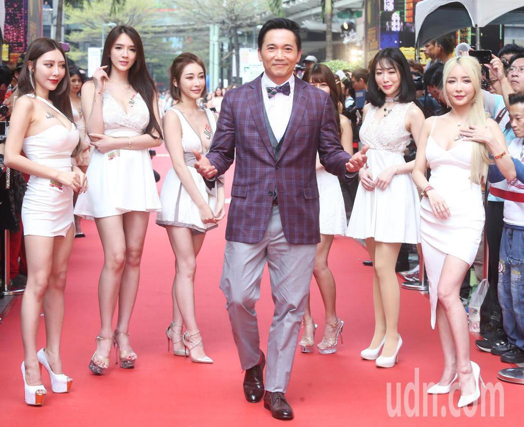 影星鄒兆龍(中)今天來台為博弈型手遊《黃金娛樂城》代言。記者徐兆玄/攝影