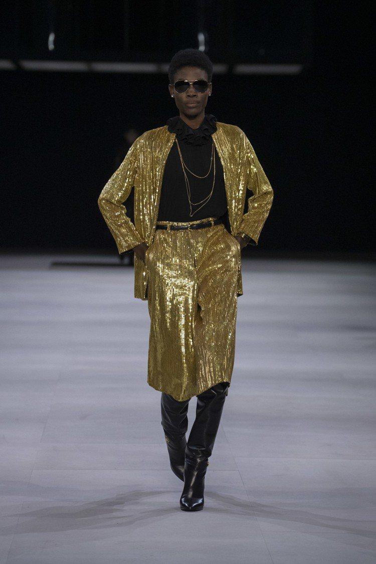 閃亮迪斯可元素是HEDI SLIMANE擅長的晚裝。圖/CELINE BY HE...
