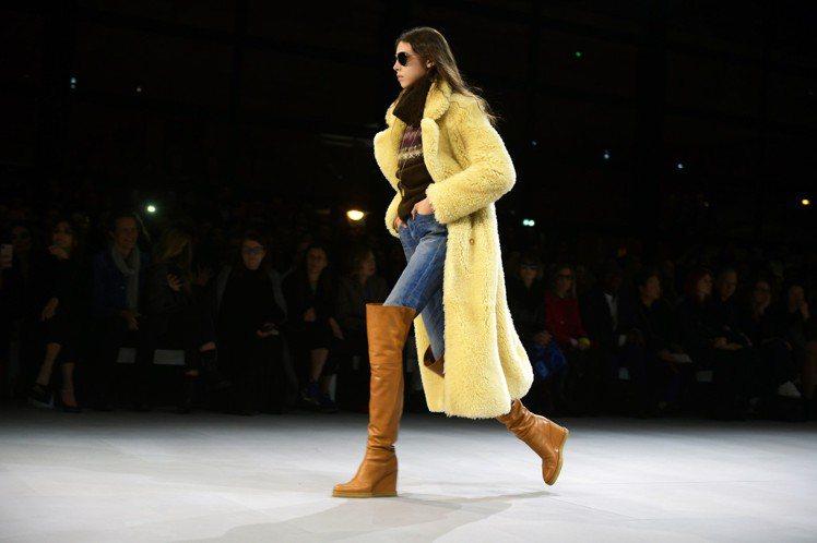 過膝長靴是本季CELINE的重點單品之一。圖/CELINE BY HEDI SL...