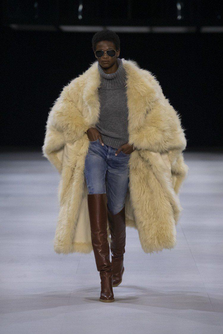 過膝長靴與緊身牛仔褲是本季CELINE造型的重要單品。圖/CELINE BY H...